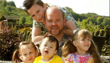 Ήθελε να γίνει πατέρας και υιοθέτησε πέντε παιδιά με αναπηρίες