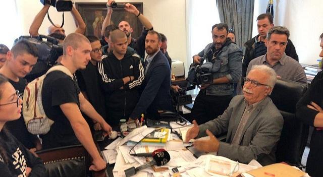 Μαθητές εισέβαλαν στο γραφείο του Γαβρόγλου [εικόνες-βίντεο]