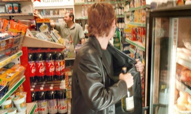 Εκλεψε φιάλες ποτού από σούπερ μάρκετ