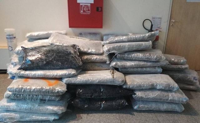 Εντοπίστηκαν με ακτίνες Χ 420 κιλά κάνναβης σε τροχόσπιτο [εικόνες]