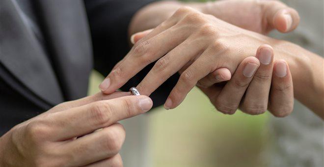 Με 4 ταυτότητες ο γιατρός που τέλεσε τον «μαϊμού» γάμο στη Χαλκίδα