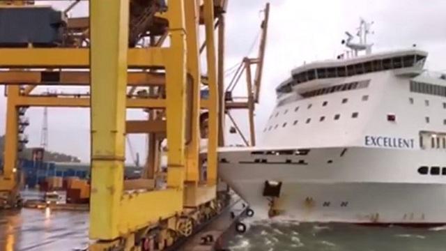 Πλοίο προσέκρουσε στο λιμάνι της Βαρκελώνης και «γκρέμισε» γερανογέφυρα