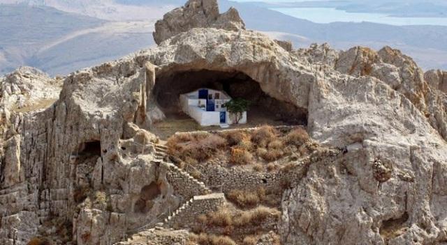 Είναι η πιο περίεργη εκκλησία του κόσμου και βρίσκεται σε ελληνικό νησί [εικόνες]
