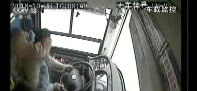 Ο οδηγός τσακώθηκε με επιβάτη και το λεωφορείο έπεσε από γέφυρα: 15 νεκροί