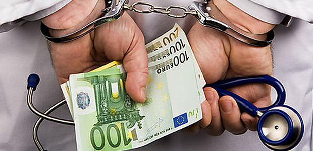 Χειροπέδες σε γιατρό που ζήτησε φακελάκι 600 ευρώ