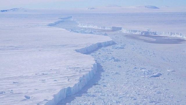 Εντυπωσιακές εικόνες από την αποκόλληση τεράστιου παγόβουνου στην Ανταρκτική