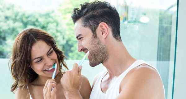 Πρέπει να βουρτσίζουμε τα δόντια μας πρώτα ή να χρησιμοποιούμε οδοντικό νήμα;