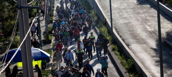 Συνεχίζουν την πορεία τους προς τις ΗΠΑ οι 5.000 μετανάστες από το Μεξικό