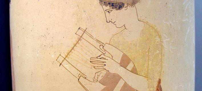Φτιάχνει πιστές απομιμήσεις αρχαίων οργάνων: Λύρα από χελώνα, φόρμιγγα από ελεφαντόδοντο [εικόνες]