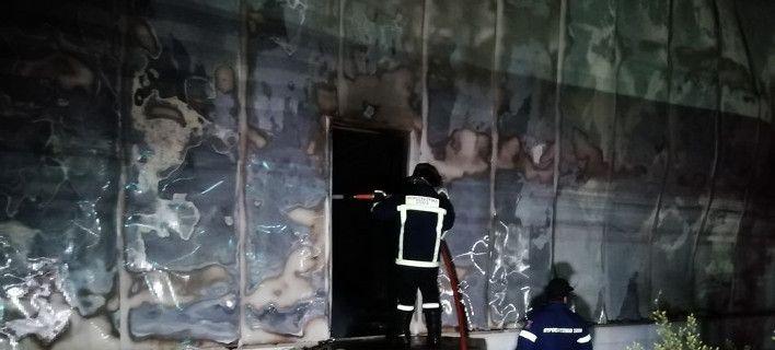 Κάηκε ολοσχερώς αποθήκη με ρούχα και παπούτσια στη Γλύφα [εικόνες]