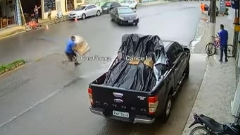 Αυτοκίνητο εναντίον άνδρα! (vid)