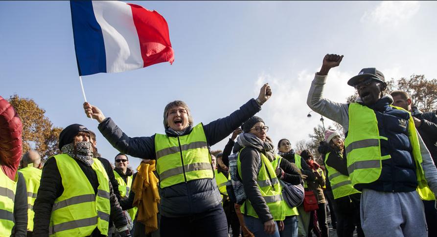 Γαλλία: Αποκλεισμοί δρόμων από τα «κίτρινα γιλέκα» – Εκατοντάδες οι τραυματίες
