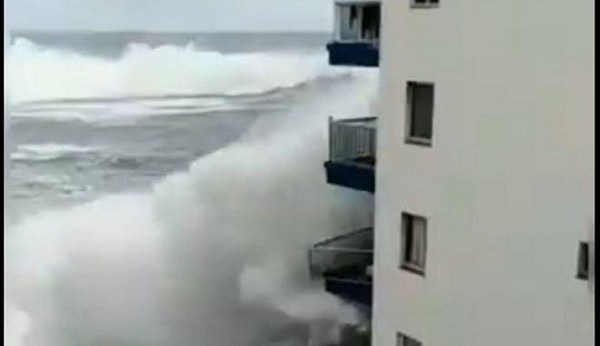 """Πελώριο κύμα """"ξηλώνει"""" μπαλκόνια ξενοδοχείου στην Τενερίφη"""