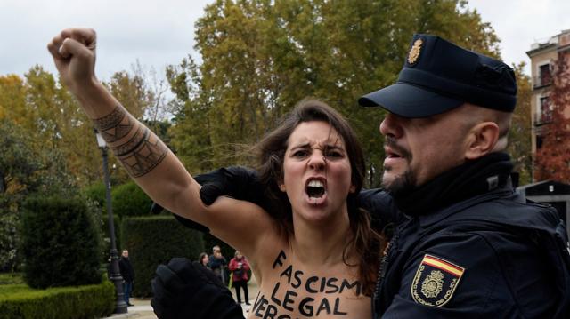 Ισπανία: Γυμνόστηθες Femen σταμάτησαν πορεία υπέρ του δικτάτορα Φράνκο