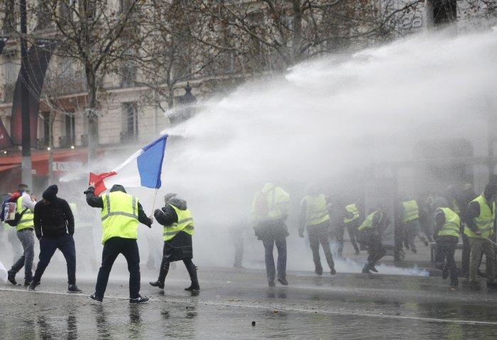 Το Παρίσι πνίγεται στα δακρυγόνα - Κανόνια νερού ενάντια στα «κίτρινα γιλέκα»