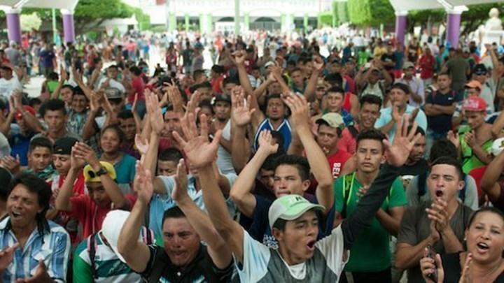 Συναγερμός στην Τιχουάνα με μετανάστες να προσπαθούν να πηδήξουν τον φράχτη