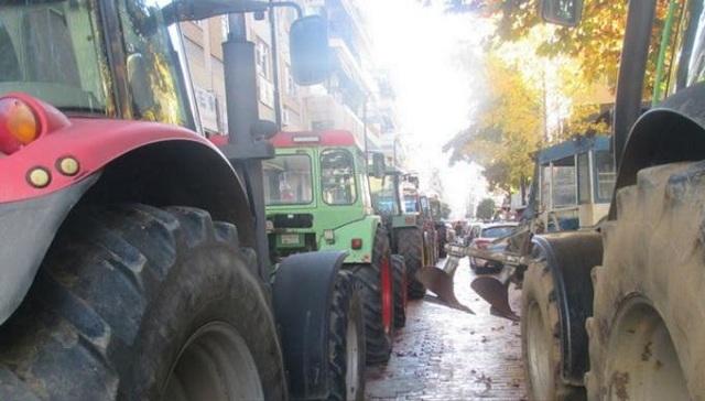 Αγροκτηνοτροφικό συλλαλητήριο με τρακτέρ στην κεντρική πλατεία της Καρδίτσας [εικόνες]