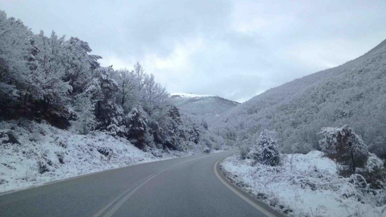 Χιονίζει σε Τρίκαλα και Κοζάνη. Στους δρόμους μηχανήματα