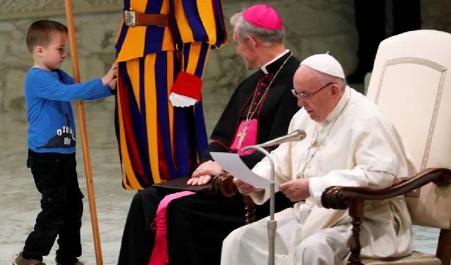 Κωφάλαλο αγοράκι «έκλεψε» τα φώτα από τον Πάπα Φραγκίσκο [εικόνες]
