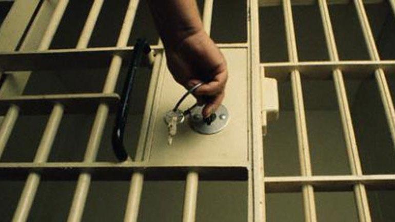 Κατακραυγή για την αποφυλάκιση παιδοκτόνου στην Κρήτη. Έπνιξε τα τρία παιδιά του