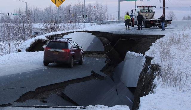 Ανοιξε η γη στα δύο μετά τον ισχυρό σεισμό στην Αλάσκα