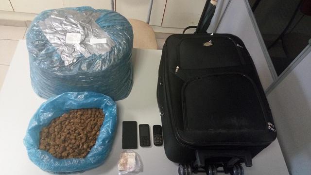 Συνελήφθη στο ΚΤΕΛ Λάρισας με βαλίτσα που περιείχε 8 κιλά χασίς
