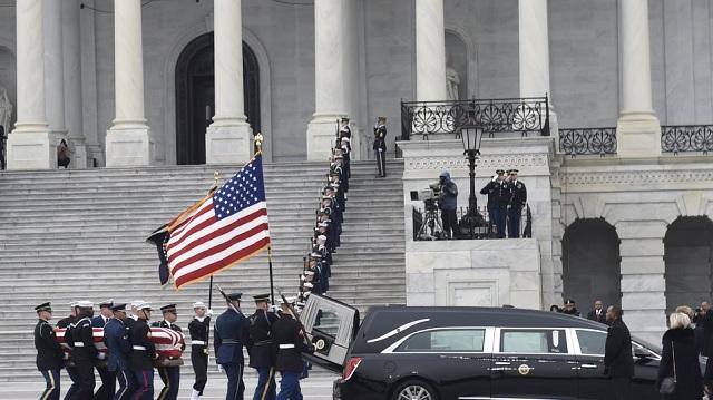 Με στρατιωτικές τιμές η κηδεία του Τζορτζ Μπους στο Καπιτώλιο [εικόνες]