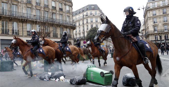 Συμπλοκές στο Παρίσι: Πλαστικές σφαίρες στα «κίτρινα γιλέκα»