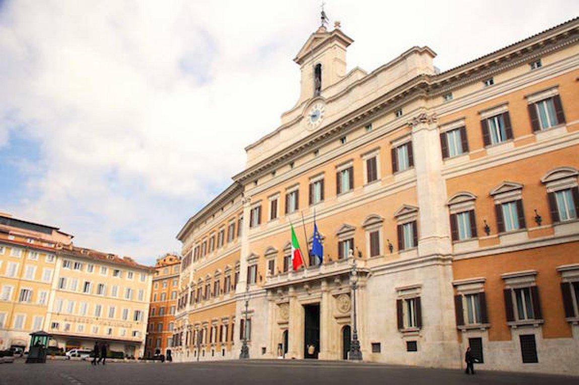 Ιταλική Βουλή: Κάμερα «συνέλαβε» βουλευτές να κάνουν σεξ στις τουαλέτες