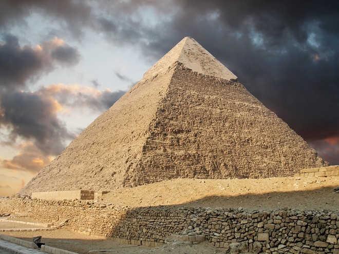 Σάλος στην Αίγυπτο με γυμνό ζευγάρι που σκαρφάλωσε στην Πυραμίδα του Χέοπα