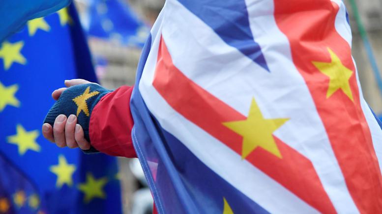 Η κοινοβουλευτική επιτροπή για το Βrexit «αδειάζει» την Μέι