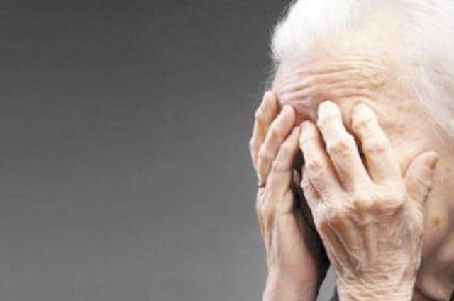 Προσποιήθηκε αστυνομικό και εξαπάτησε ηλικιωμένη