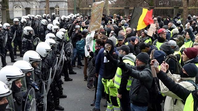 Βελγικά ΜΜΕ: Σε... στάβλους κράτησε η αστυνομία διαδηλωτές των «κίτρινων γιλέκων»