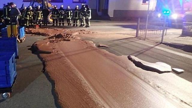 Το πιο γλυκό ατύχημα: Δρόμος πλημμύρισε με σοκολάτα