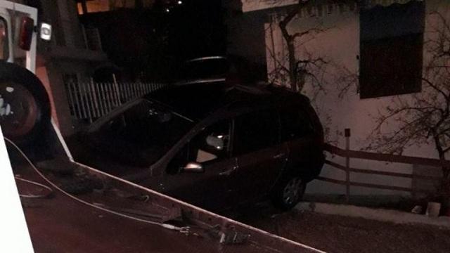 Αυτοκίνητο και φορτηγό έπεσαν σε αυλή σπιτιού [εικόνες]