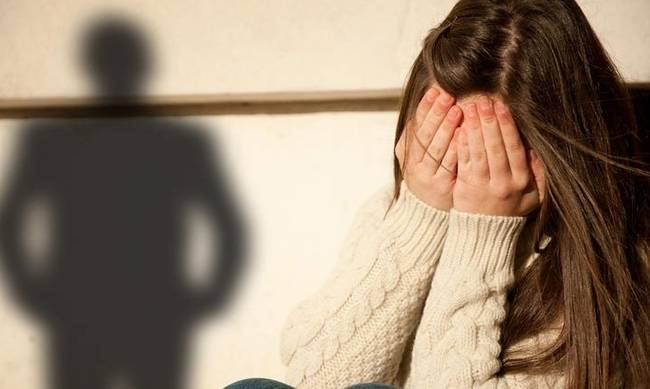 Υπνώτιζε τον πατέρα με χάπια και βίαζε τη 13χρονη κόρη