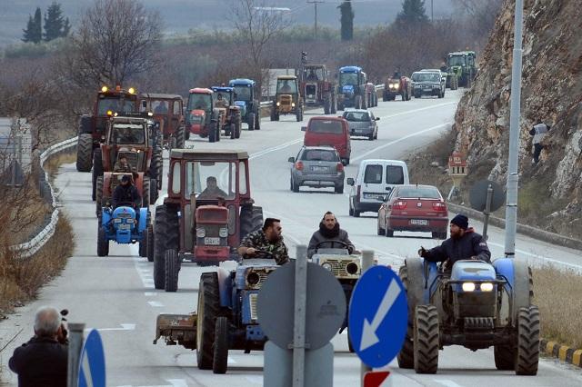 Στους δρόμους οι αγρότες: Τρία μπλόκα στη Θεσσαλία