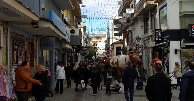 Πλημμύρισε από κόσμο η εμπορική αγορά του Βόλου