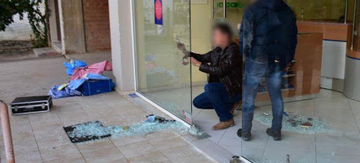 Διάρρηξη στα ΕΛΤΑ Ναυπλίου: Εσπασαν τη γυάλινη πόρτα, διέφυγαν με άγνωστο ποσό