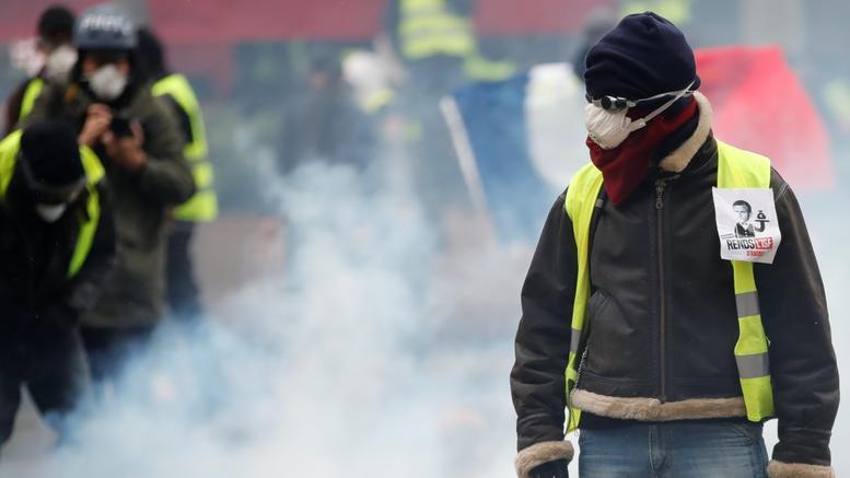Γαλλία: Τα Κίτρινα Γιλέκα πυρπολούν διόδια. Χάος στους αυτοκινητοδρόμους