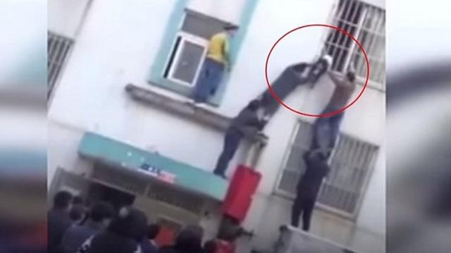 Περαστικοί έσωσαν αγοράκι που κρεμόταν από παράθυρο