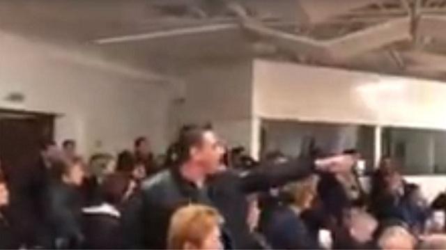 Χειροπέδες, γιαούρτια και ένταση στο Δημοτικό Συμβούλιο Κέρκυρα [εικόνες]