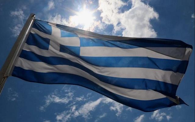 Έκαψαν την Ελληνική σημαία στην κεντρική πλατεία Τρικάλων