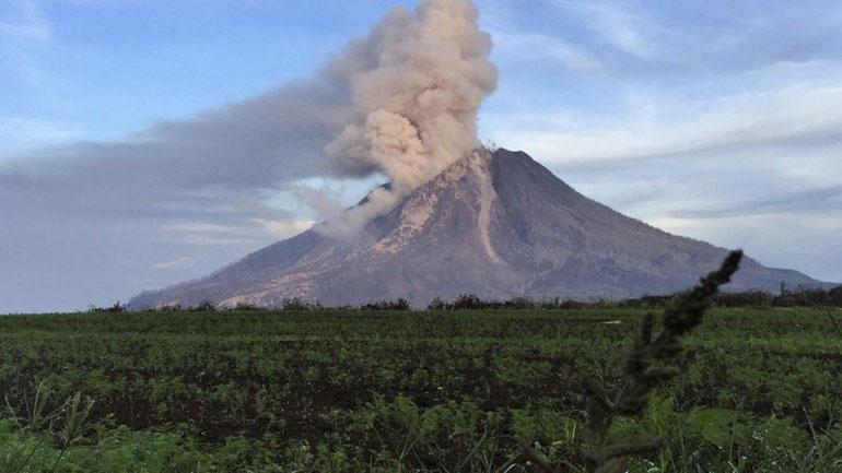 Ινδονησία: Η ηφαιστειακή τέφρα κίνδυνος για τα αεροπλάνα