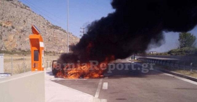 Αυτοκίνητο στο οποίο επέβαιναν πατέρας και παιδί κάηκε εν κινήσει στην Εθνική Οδό Λάρισας-Καρδίτσας