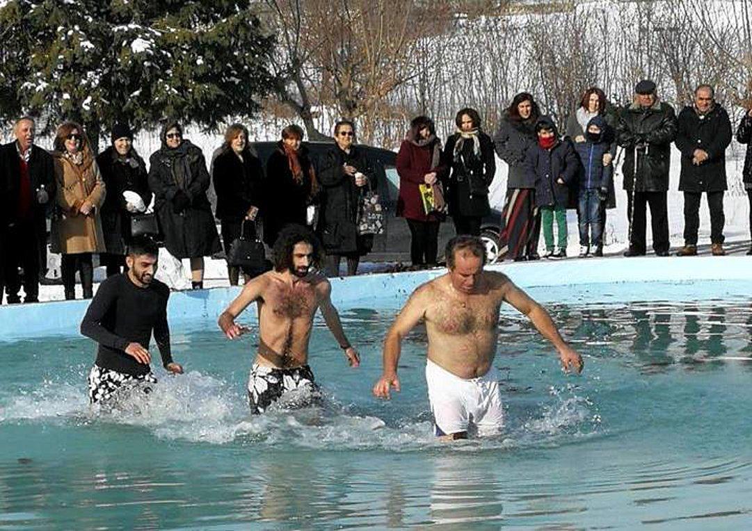 Βουτιά για τον Σταυρό στα χιόνια στο Μαυροδένδρι Κοζάνης