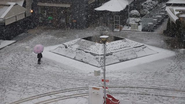 Χιονίζει από το πρωί στην Καρδίτσα