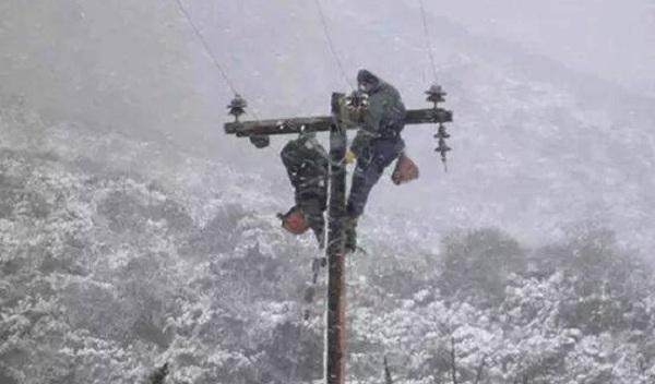 Τεχνίτες ΔΕΔΔΗΕ: Οι ήρωες στον χιονιά