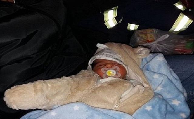 Πυροσβέστες απεγκλώβισαν βρέφος τριών ημερών από τα χιόνια [εικόνες]