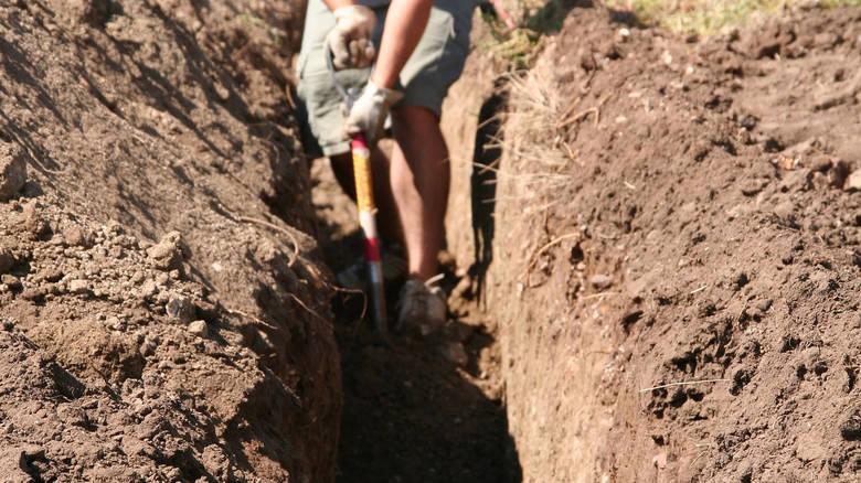 Aγρότης έσκαβε σε χωράφι και η τσάπα του χτύπησε θαμμένη ρουκέτα